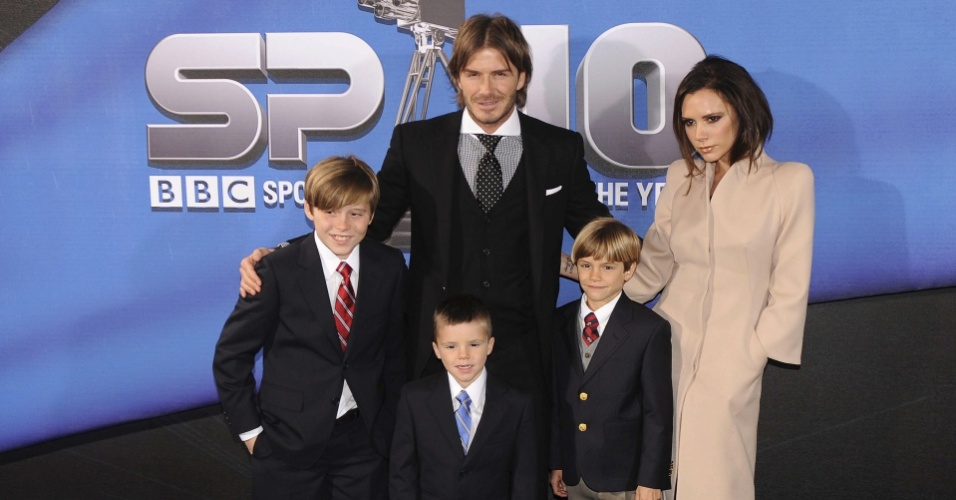David Beckham posa com a esposa e os filhos na premiao da BBC Sports