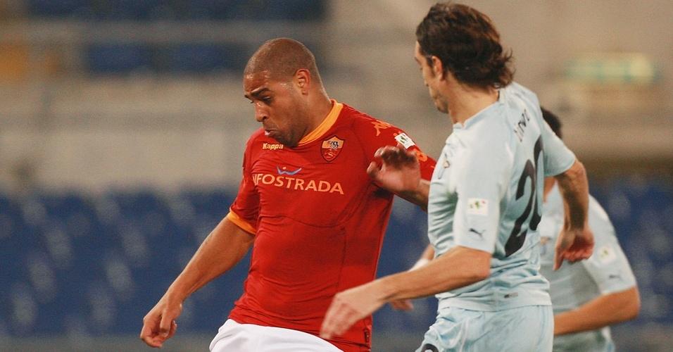 Adriano disputa bola no clássico entre Roma e Lazio antes de se machucar