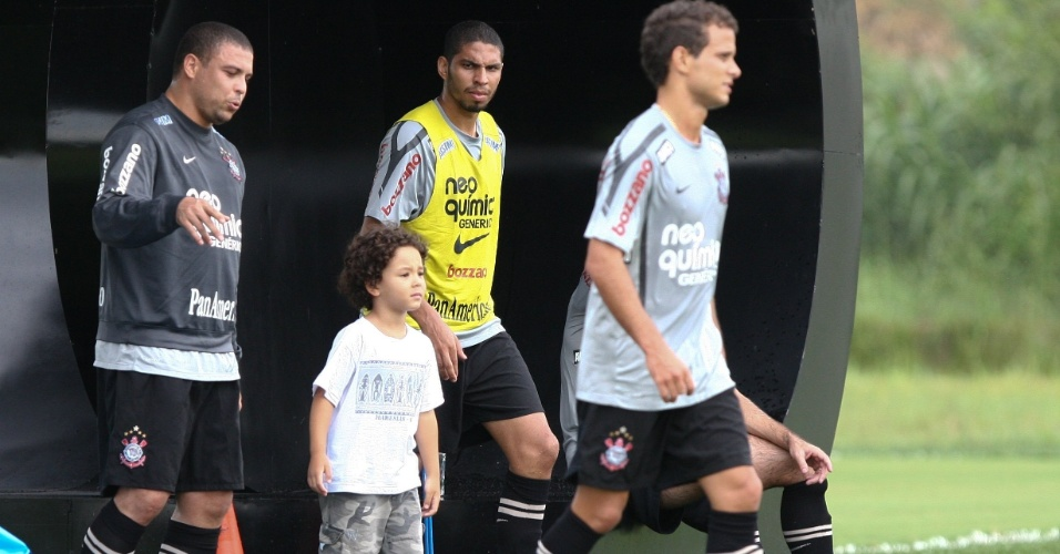 Ronaldo (e) leva o filho Alex ao treino do Corinthians