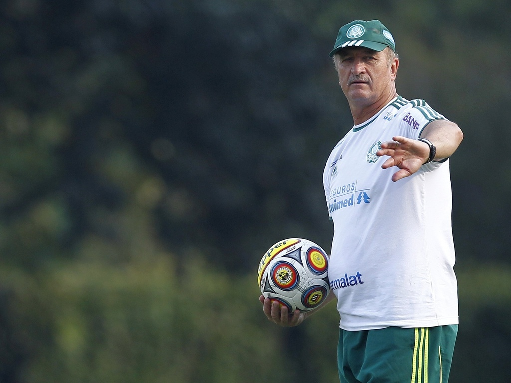Luiz Felipe Scolari orienta os jogadores durante treino do Palmeiras