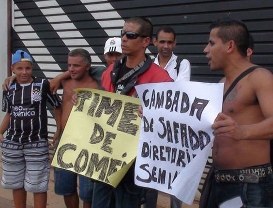 Torcedores protestam com cartazes em frente ao CT do Corinthians