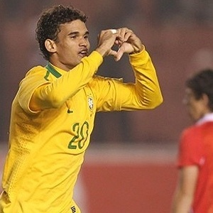 Willian José celebra gol diante do Chile