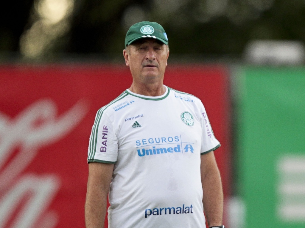Luiz Felipe Scolari observa treino de cobranas de falta durante treinamento do Palmeiras