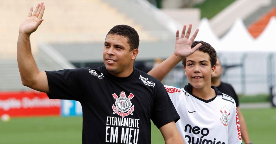 Ronaldo, ao lado do filho Ronald, se despede da torcida do Corinthians no clssico com o Santos