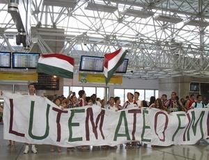 Torcedores exibem tradicional faixa, símbolo da luta em 2009, pedindo garra ao time do Fluminense