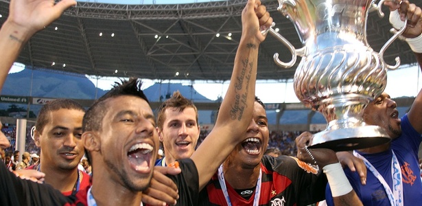 http://e.imguol.com/esporte/futebol/2011/02/28/leonardo-moura-comemora-o-titulo-da-taca-guanabara-pelo-flamengo-1298864547171_615x300.jpg