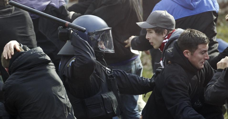 Polícia e torcida entram em confronto em partida do Kaiserslautern pelo Campeonato Alemão