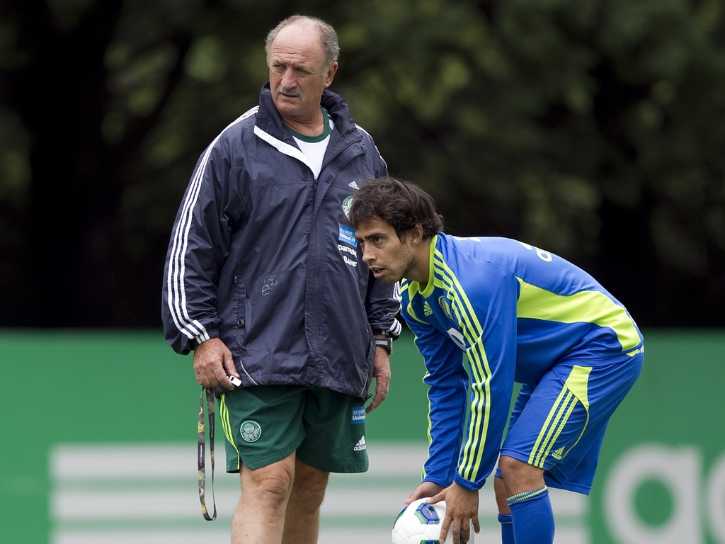 Luiz Felipe Scolari (e) orienta Valdivia durante treino do Palmeiras