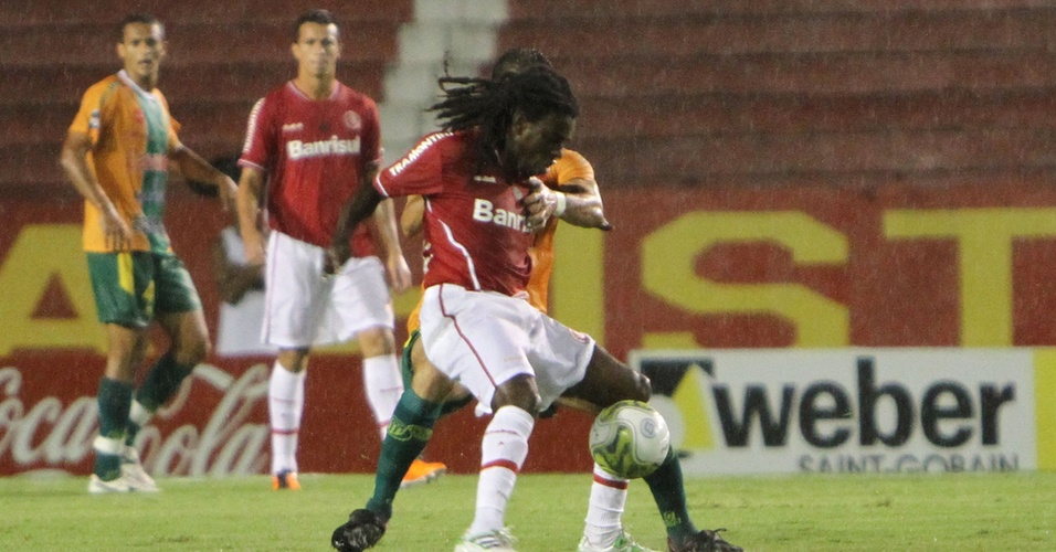 Meia Tinga do Inter na partida contra o Ypiranga na estreia do clube no segundo turno do Gauchão 2011