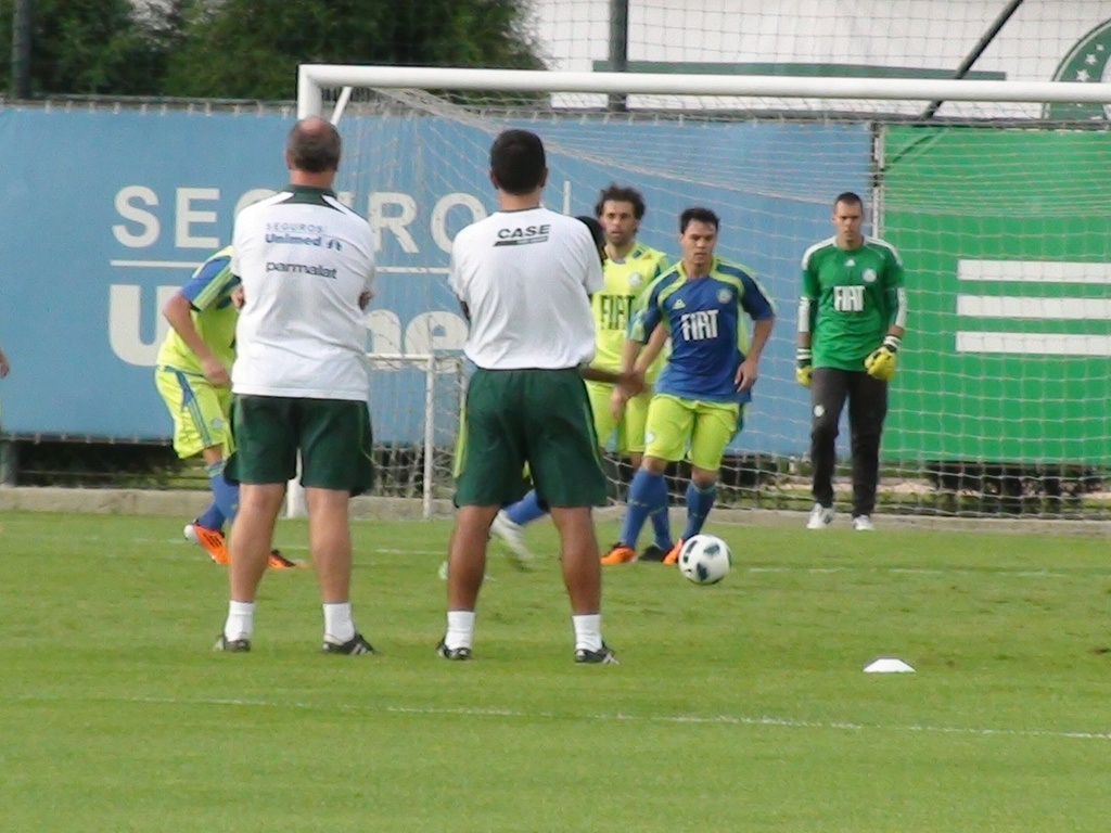 Kleber participa de treino do Palmeiras sob os olhares de Felipo