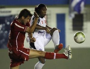 Sorondo dividiu bola e se chocou com gramado artificial; resultado foi lesão dupla no lado direito