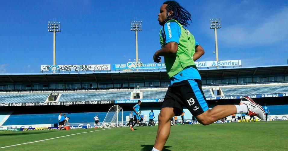Carlos Alberto recuperado de lesão, corre em treinamento do Grêmio