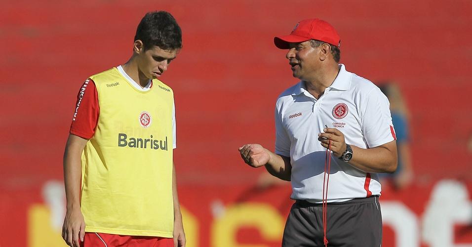 Meia Oscar, do Inter, conversa com Celso Roth em treino