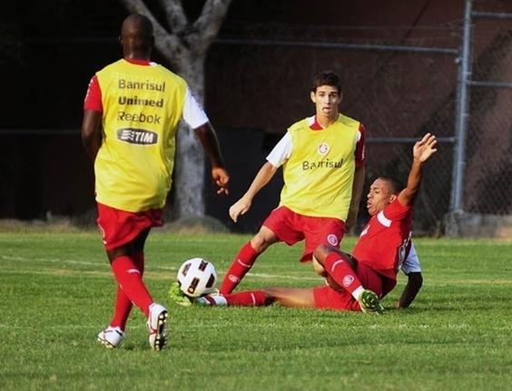 Meia Oscar treina no CT do Jaguares no primeiro trabalho do Inter no México (04/04/2011)