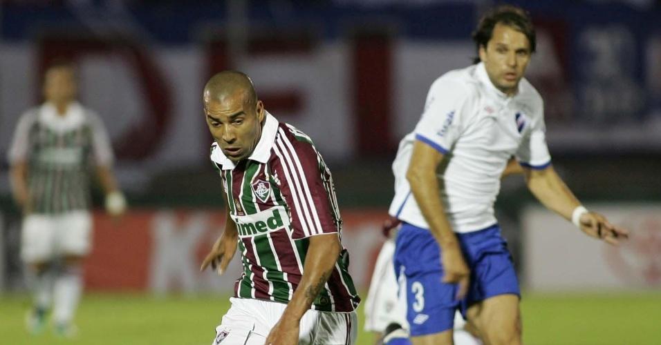 Emerson tenta a jogada na partida Nacional-URU x Fluminense (06/04/2011)
