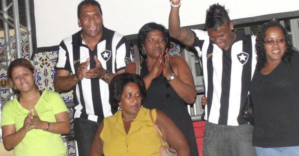 Mauricio e Maicosuel com as filhas de Garrincha em evento no Botafogo (07/04/2011)