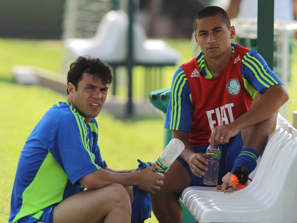 Kleber (e) e Wellington Paulista conversam aps treino do Palmeiras (08/04/2011)
