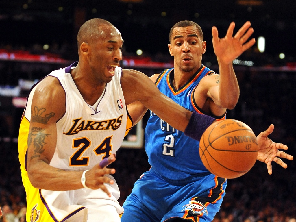 Kobe Bryant (e) disputa a bola com Thabo Sefolosha durante a derrota dos Lakers para o Thunder (10/04/2011)