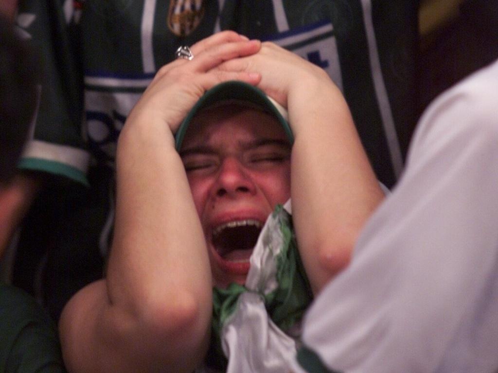 No Mundial de Clubes de 1999, torcedora chora ao ver a derrota palmeirense diante do Machester United em um telão na quadra da sede da torcida Mancha Alviverde, em São Paulo