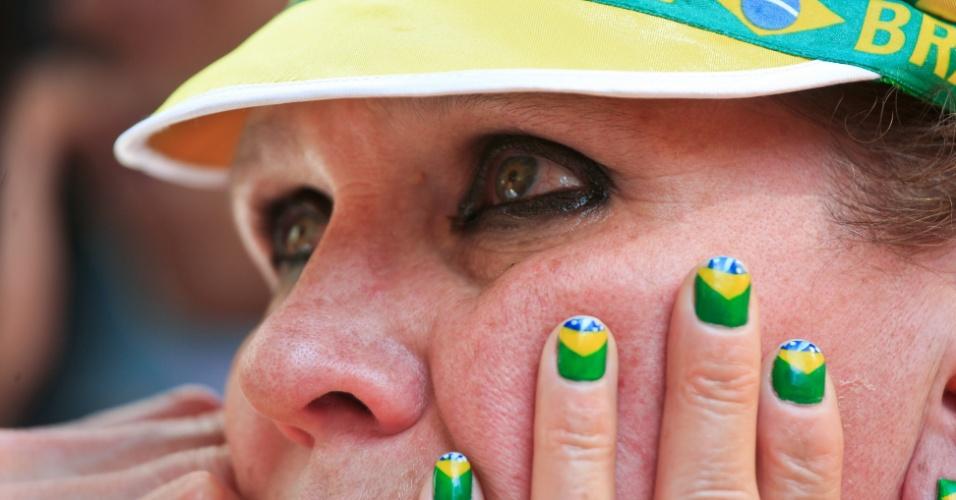 Torcedora Marcia Rodrigues chora ao ver a seleção perder na Copa-2010 para a Holanda por 2 a 1, no Vale do Anhangabau, no centro do SP