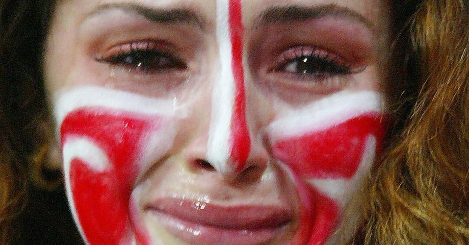 Torcedora turca chora a derrota de sua seleção após jogo da semifinal contra o Brasil na Copa-2002 (26/06/2002)