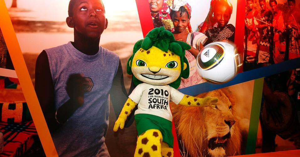 Mascote da Copa do Mundo da África do Sul, em 2010, bate bola em evento no Memorial da América Latina, em São Paulo