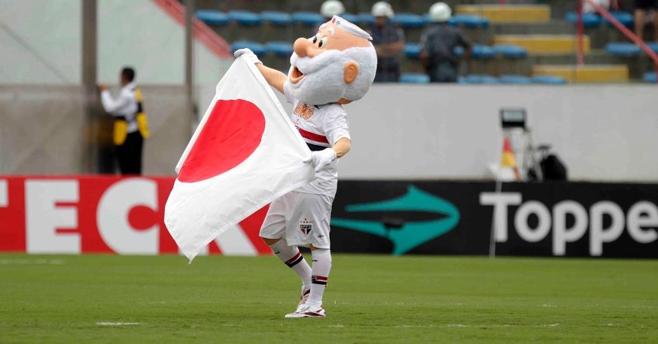 Mascote do São Paulo faz homenagem às vítimas do terremoto no Japão, no Campeonato Paulista de 2011