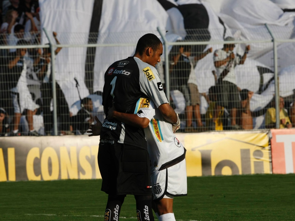 Jogadores da Ponte Preta comemoram o primeiro gol contra o Palmeiras