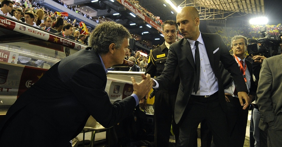 José Mourinho e Guardiola dão as mãos antes do duelo entre Real Madrid e Barcelona
