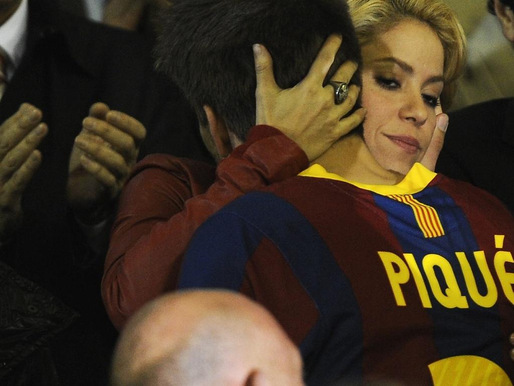Shakira abraça namorado Gerard Piqué após derrota do Barcelona para Real Madrid na final da Copa do Rei (21/04/2011)
