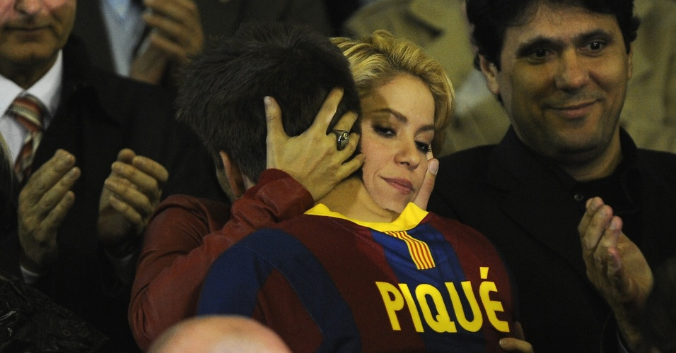 Shakira abraça namorado Gerard Piqué após derrota do Barcelona para Real Madrid na final da Copa do Rei (21/04/2011)