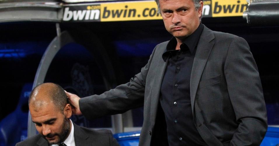 José Mourinho dá tapinha na cabeça de Pep Guardiola (16/04/2011)