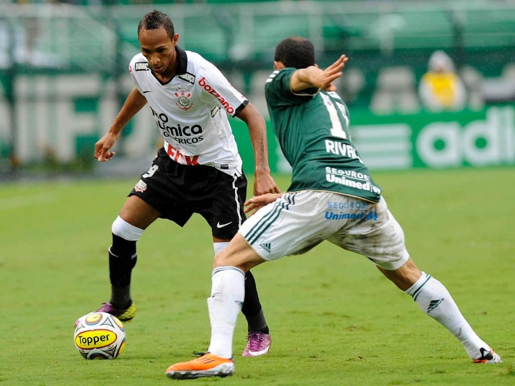 Liedson tenta passar pela marcação de Rivaldo no clássico entre Palmeiras e Corinthians (01/05/11)