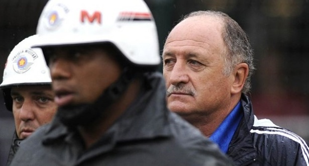 Luiz Felipe Scolari  escoltado pelos policiais aps ser expulso durante o clssico entre Palmeiras e Corinthians (01/05/11)