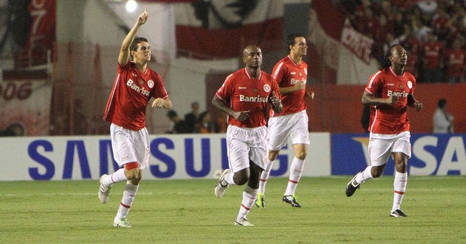 Meia Oscar do Inter comemora gol contra o Peñarol no estádio Beira-Rio pela Libertadores (04/05/2011)