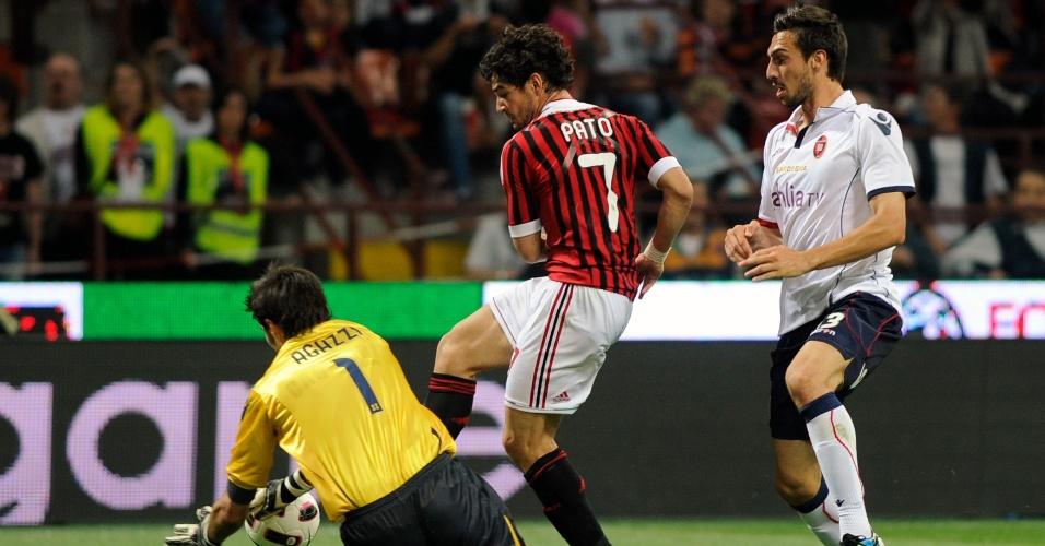 Pato disputa bola com o goleiro, em lance que originou gol de Gatuso na vitória contra o Cagliari (14/05/2011)