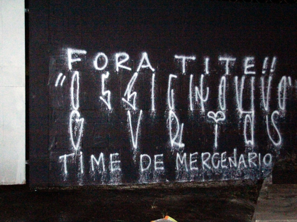 Muro do Parque So Jorge  pichado aps a derrota do Corinthians para o Santos na final do Paulisto