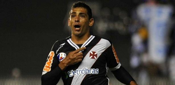 Diego Souza sai para comemorar o seu gol no empate do Vasco com o Avaí (18/05/2011)
