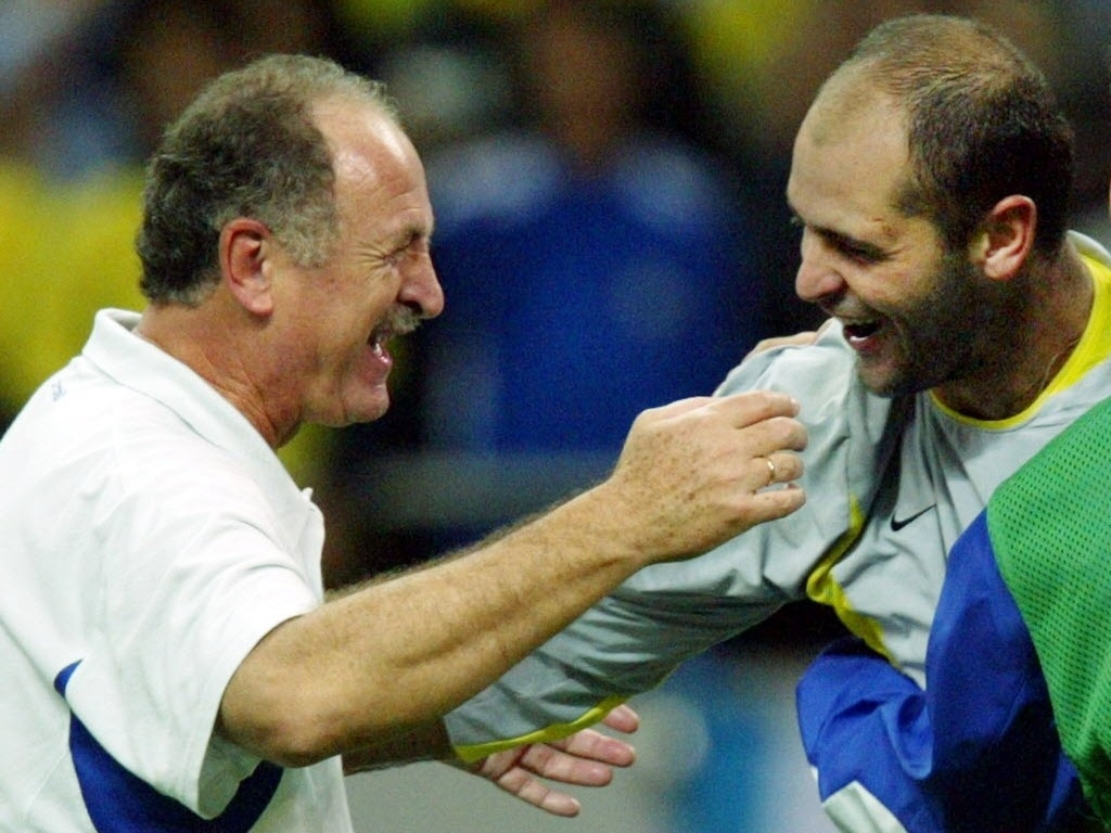 Luiz Felipe Scolari comemora com o goleiro Marcos a classificao da seleo brasileira para a final da Copa do Mundo de 2002 aps vitria sobre a Turquia por 1 a 0