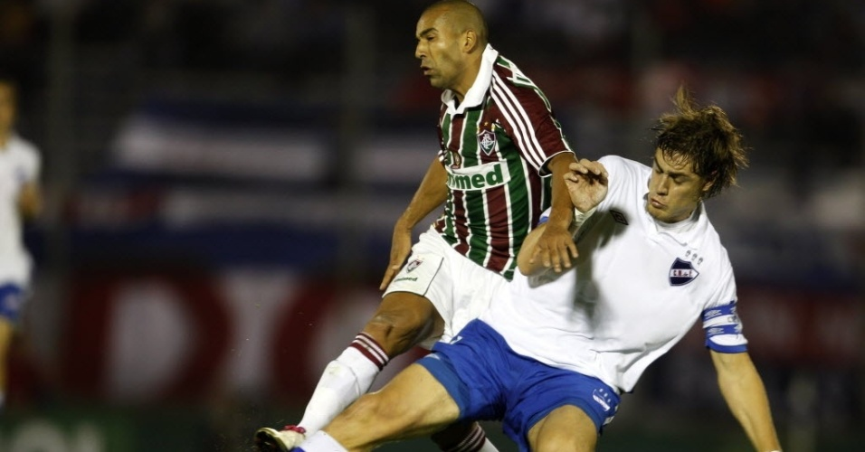 Emerson Sheik, do Fluminense, disputa bola com Coates, do Nacional/URU