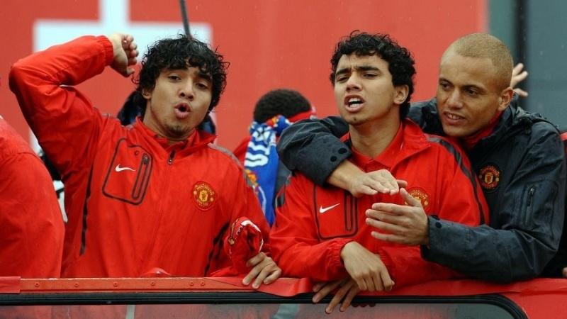 Os gêmeos Fabio e Rafael da Silva comemoram título inglês conquistado pelo Manchester United (30/05/2011)