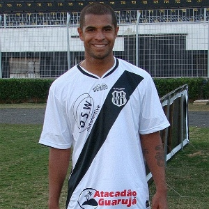 Wescley, novo reforo da Ponte Preta, posa com novo uniforme do clube (13/06/2011)
