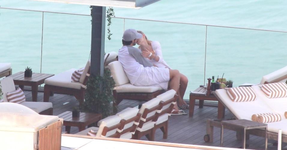Alexandre Pato e Barbara Berlusconi se beijam no hotel Fasano, no Rio de Janeiro (13/06/2011)