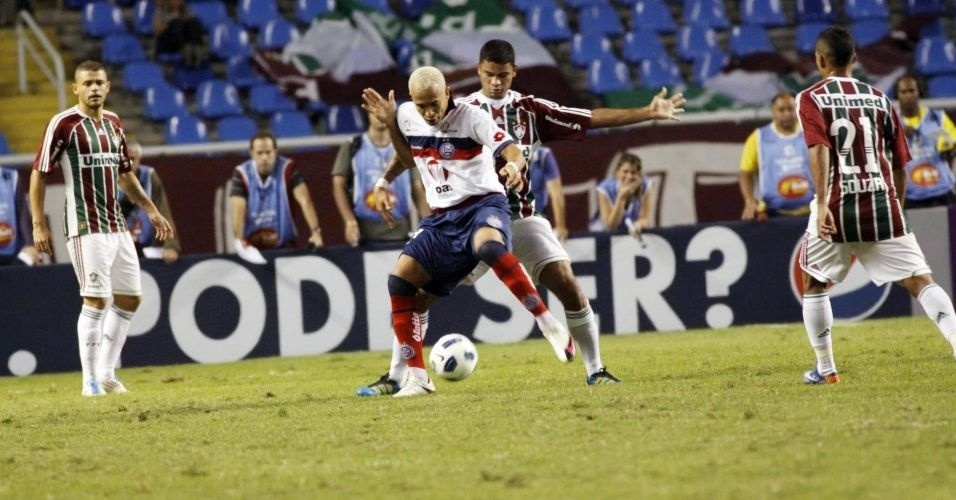 Junior, do Bahia, tenta dominar a bola contra o Fluminense no Engenhão (18/06/2011)