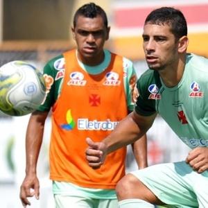 Diego Souza domina a bola observado pelo atacante Leandro, em São Januário
