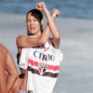 Luana Piovani vai  praia com a camisa do So Paulo