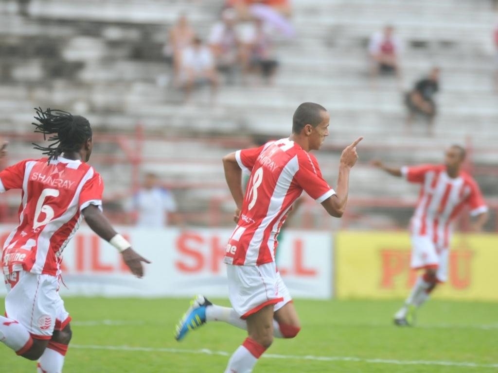 Derley, do Náutico, comemora ao marcar o primeiro gol contra o Guarani pela Série B (02/07/2011)