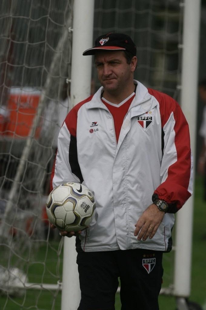 Cuca comanda treino do São Paulo no CT da Barra Funda em 2004 (07/07/11)