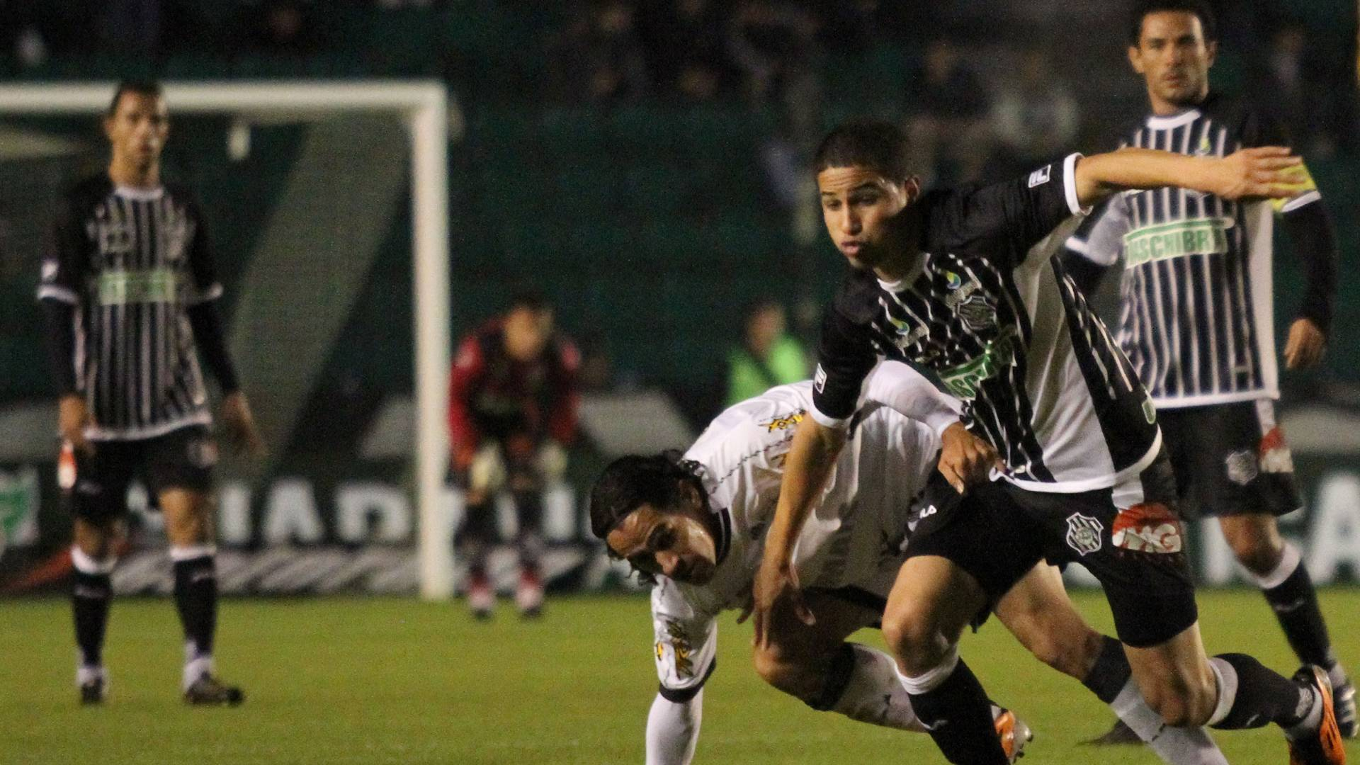 Bruno, do Figueirense, disputa jogada com Vicente, do Ceará (10/07/11)