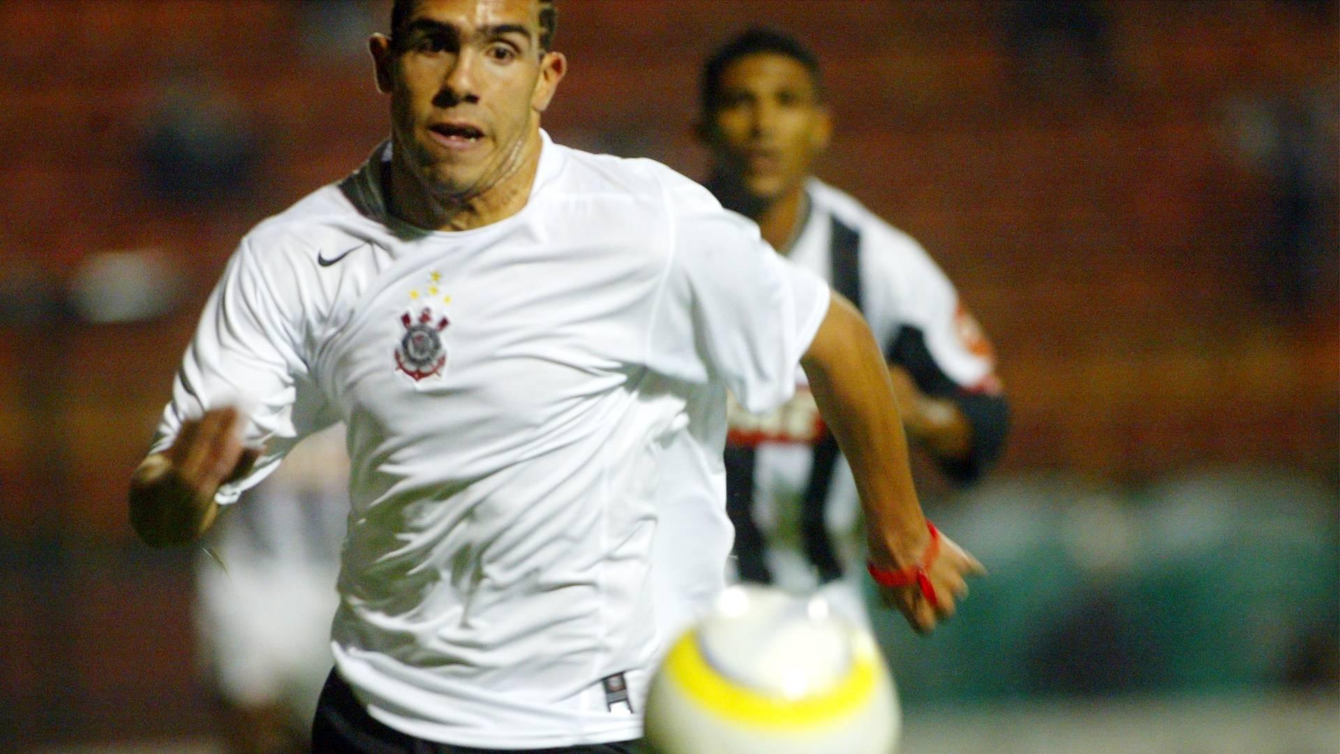 Tevez em partida entre Corinthians e Figueirense pelo Brasileirão de 2005